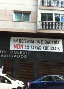 Foto de la pancarta contra tasas y en defensa de la ciudadanía colgada en la fachada del Colegio de Abogados de Ourense. Lleva tiempo colgada ahí.